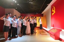 """院全体党员在河南博物院""""""""不忘初心 牢记使命""""""""主题教育宣誓厅宣誓"""